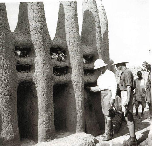 Griaule et Leiris devant un sanctuaire en pays dogon