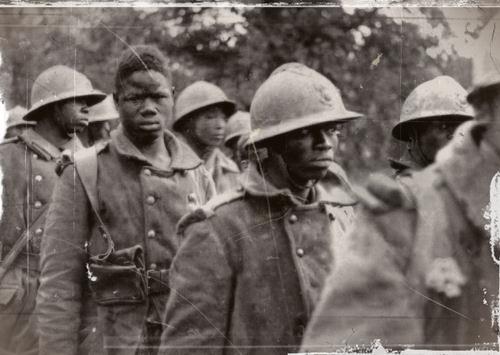 Tirailleurs prisonniers en 1940. Les nazis en exécutèrent plusieurs milliers.