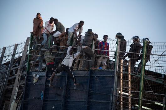 A Melilla, le 24 avril. Une centaine de migrants se sont rués sur la barrière qui sépare le Maroc de l'enclave espagnole.