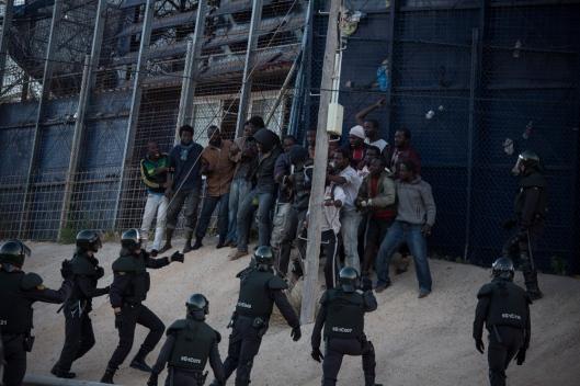 Pendant l'assaut, quelques-uns ont pu passer côté espagnol, d'autres se sont retrouvés coincés, plusieurs heures durant, sur la barrière.