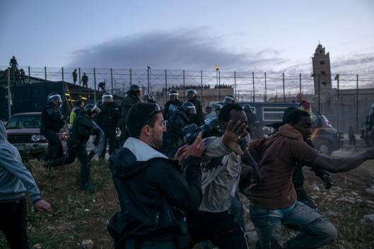 Les migrants qui ont réussi à passer courent vers le CETI (Centros de Estancia Temporal de Immigrantes) afin d'y être enregistrés et ne pas être expulsés vers le Maroc.