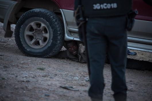 Un autre est parvenu à se cacher sous une voiture pendant les arrestations.