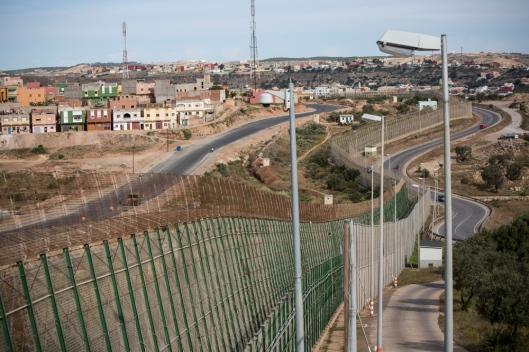 L'enclave espagnole de Melilla est séparée du Maroc par un grillage de 11 kilomètres, 6 mètres de haut, balisé de caméras.