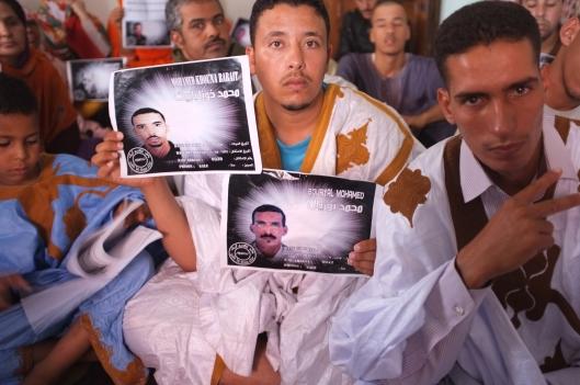 Les familles des prisonniers politiques de Gdeim Izik se réunissent et demandent sans relâche la libération de leurs proches incarcérés près de Rabat, jugés par un tribunal militaire. O.Quarante